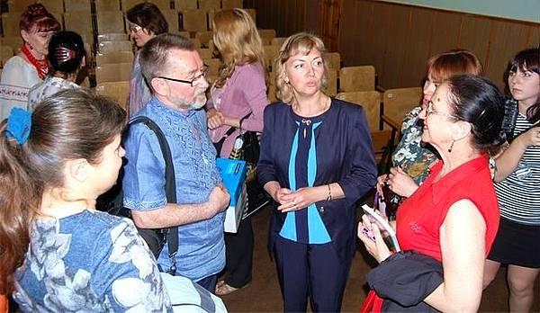 МДПУ. Після презентації книжок письменники спілкуються з деканом філологічного факультету Тетяною Коноваленко (в центрі)