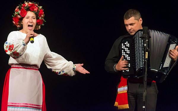 На сцені – талановита Софія Тарасенко, акомпанує Володимир Ісенко.