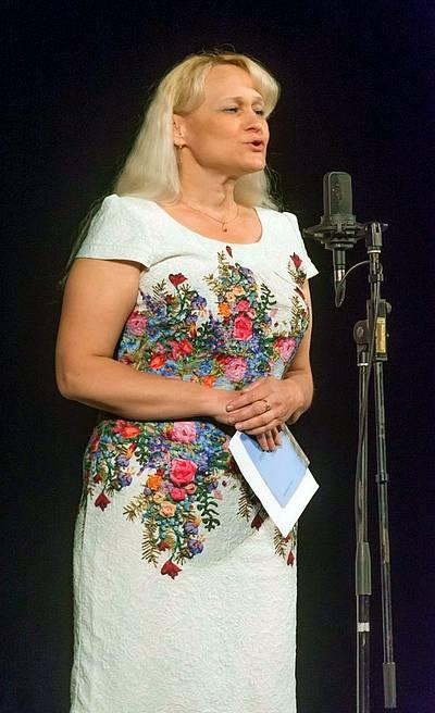 Голова обласного літературного об'єднання імені Михайла Гадабури Ганна Лупинос читає ліричні вірші.